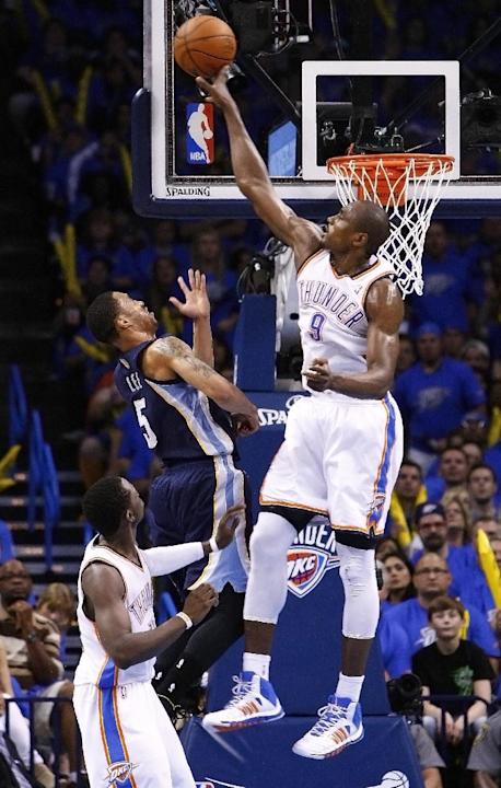 Serge Ibaka (9), del Thunder de Oklahoma City, topona un lanzamiento de Courtney Lee (5), de los Grizzlies de Memphis, durante el tercer periodo en Oklahom City, el sábado 19 de abril de 2014. El Thun