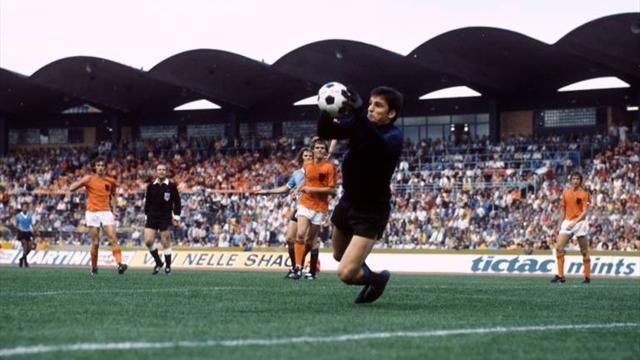 World Cup - Pele dummy keeper Mazurkiewicz dies at 67