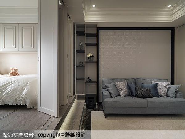 蒔築設計以深色框搭配壁紙,圍塑有限的客廳場域,視野則隨一旁的推摺門開啟,無限延伸至窗外。