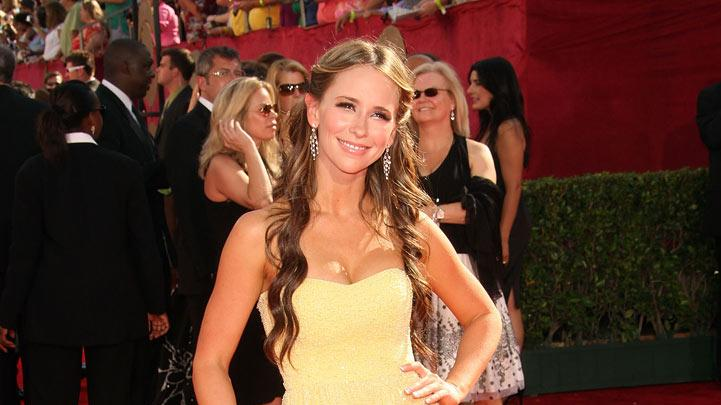 Jennifer Love Hewitt arrives at the 61st Primetime Emmy Awards held at the Nokia Theatre on September 20, 2009 in Los Angeles, California.