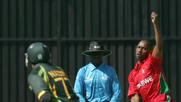 Zimbabwe bowler Tinashe Panyangara (R) bowls during the 2nd game of the three match ODI cricket series between Pakistan and Zimbabwe at the Harare Sports Club on August 29, 2013. AFP PHOTO / JEKESAI NJIKIZANA        (Photo credit should read JEKESAI NJIKIZANA/AFP/Getty Images)