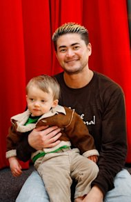 Thomas Beatie, con su hijo (Christopher Hunt/Getty)