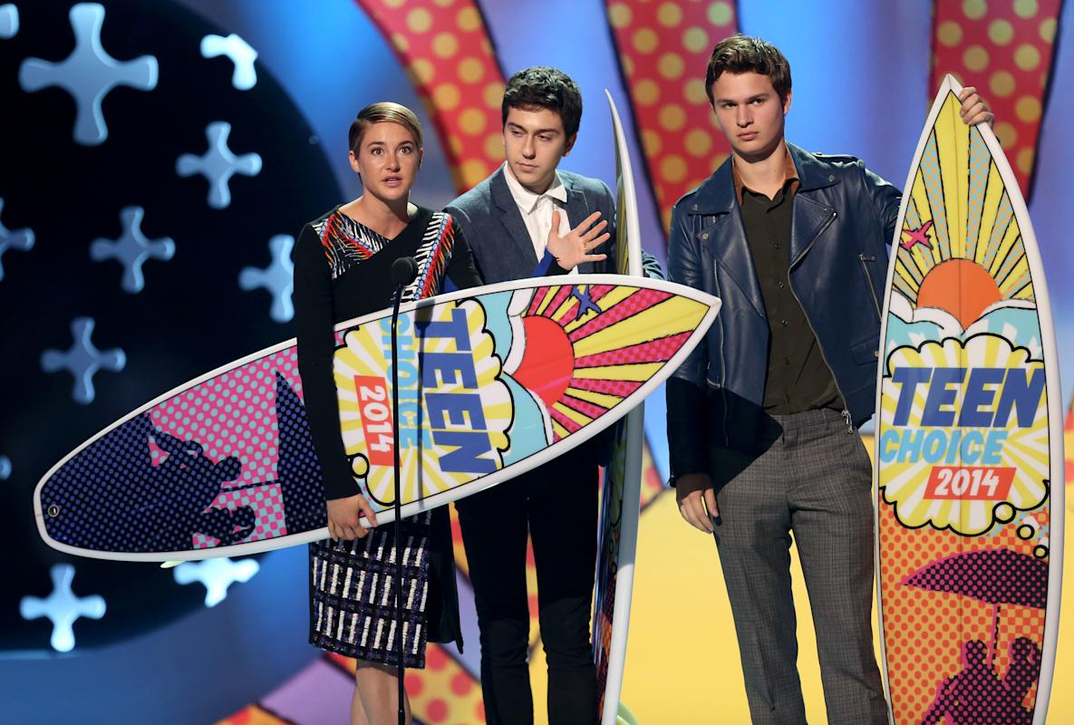 "Shailene Woodley, from left, Nat Wolff and Ansel Elgort accept the award for choice movie: drama for ""The Fault In Our Stars"" at the Teen Choice Awards at the Shrine Auditorium on Sunday, Aug. 10, 2014, in Los Angeles. (Photo by Matt Sayles/Invision/AP)"