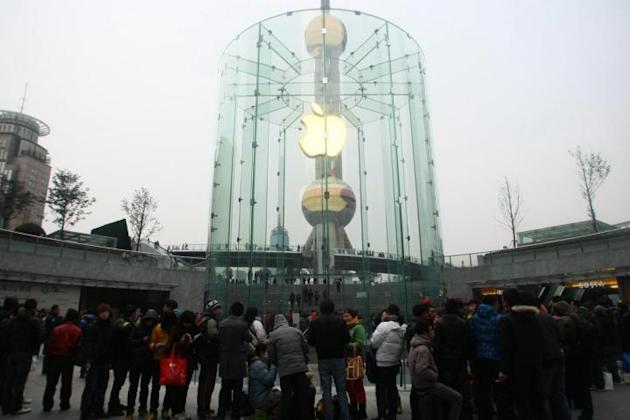 Fans line up to wait for iPhone 4S in Shanghai