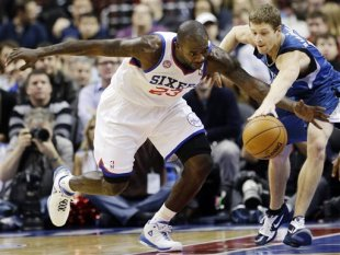Jason Richardson (L) and the Timberwolves' Luke Ridnour chase a loose ball. (AP)