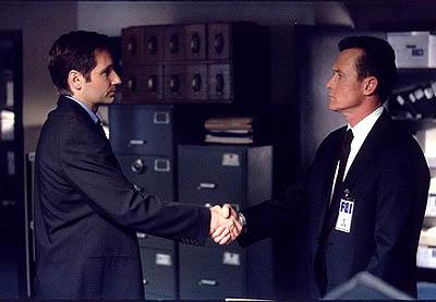 "Fox Mulder (David Duchovny, L) and John Doggett (Robert Patrick, R) are begrudgingly thrown together to investigate bizarre deaths on an oil rig in the Gulf of Mexico in the ""Vienen"" episode of Fox's The X-Files X-Files"