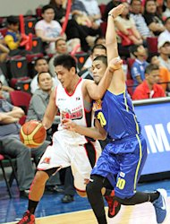 RJ Jazul tries to hold off the defense of Ryan Reyes. (PBA Images)