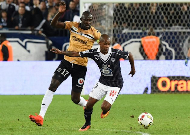 Bordeaux' player Diego Rolan (R) vies with Angers' Cheikh Ndoye (L) during the French L1 football match Bordeaux vs Angers on September 17, 2016