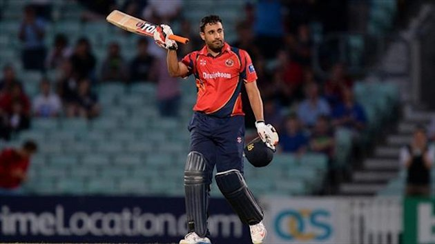 Ravi Bopara has signed a new deal with Essex.