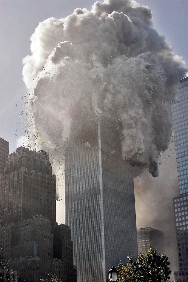 10:28, il crollo della Torre Nord. La struttura ha resistito per 102 minuti dopo l'impatto dell'aereo. (AP Photo Richard Drew)
