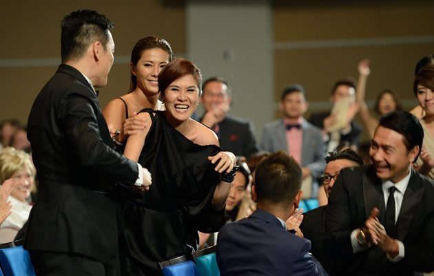 Stars jump up to congratulate veteran actress Lin Meijiao on her Best Supporting Actress win (Yahoo! Photo / Liew Tong Leng)