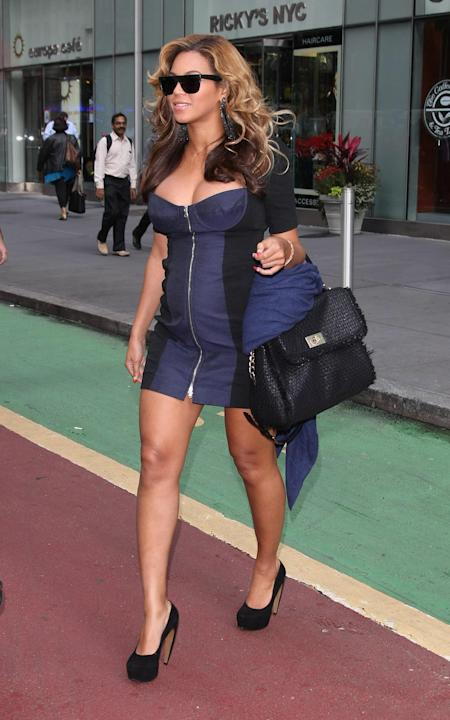 Beyoncé strutted her seven-months-pregnant stuff across a Midtown NYC street wearing a navy blue-accented mini dress. Even her bag was festooned with a navy scarf. (Daniel Thornton/INF)