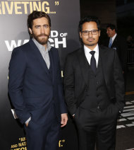 "Michael Peña, a la derecha, y Jake Gyllenhaal asisten a la premiere de ""End of Watch"" en el teatro Regal Cinemas L.A. Live de Los Angeles, el lunes 17 de septiembre del 2012. (Foto por Todd Williamson/Invision/AP)"