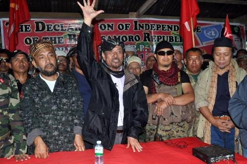 Moro National Liberation Front (MNLF) leader Nur Misuari (C) addresses his armed followers on August 12, 2013 in one of their camps in Indanan, Sulu, on the southern Philippines island of Mindanao