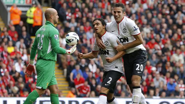 Premier League - Van Persie fires United past 10-man Liverpool