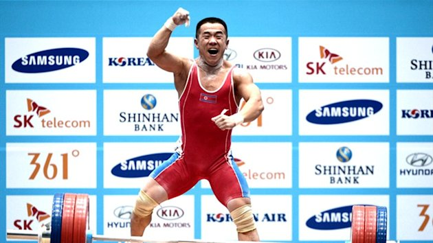 Om Yun Chol breaks the world record (AFP)