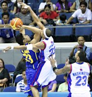 Arwind Santos tries to block the shot of Ranidel De Ocampo. (PBA Images)