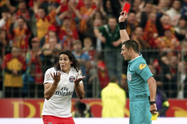 Paris St Germain's Edinson Cavani (L) reacts as he receives a red card from referee Nicolas Rainville (R) during their French Ligue 1 soccer match against RC Lens at the Stade de France in Saint-Denis near Paris October 17, 2014. REUTERS/Charles Platiau (FRANCE - Tags: SPORT SOCCER)