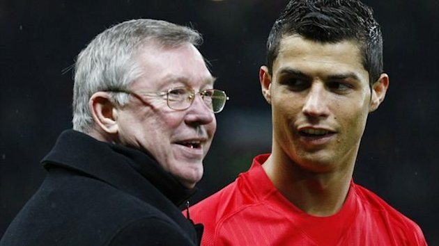 Manchester United manager Alex Ferguson (L) presents Cristiano Ronaldo with the FIFA World Player of the Year award before their English Premier League soccer match against Wigan Athletic in Manchester, northern England, January 14, 2009 (Reuters)