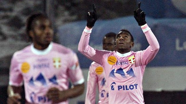 Clarck N'Sikulu (R) of Evian Thonon Gaillard celebrates with teammates after scoring against Paris St-Germain (Reuters)