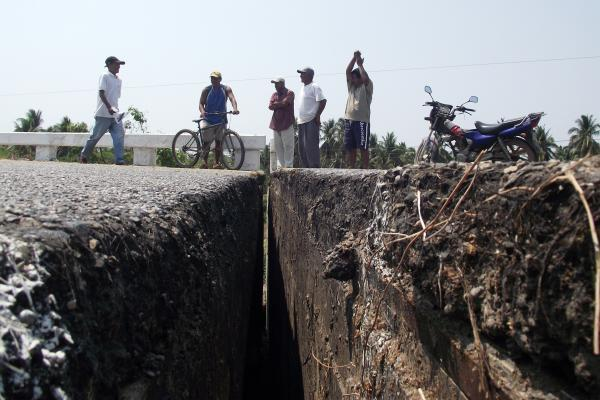 TECPAN, April 18, 2014 (Xinhua) -- Mexicans inspect a crack on the federal road Acapulco-Zihuatanejo, after an earthquake, in Tecpan, Guerrero, Mexico, on April 18, 2014. According to China Earthquake