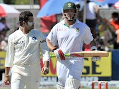 Indian spin bowler Sachin Tendulkar (L) looks at South African Jacques Kallis during the fourth day of the third Test between India and South Africa a...