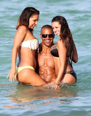 PHOTOS: Shemar Moore Frolics With Half-Naked Girls On Beach