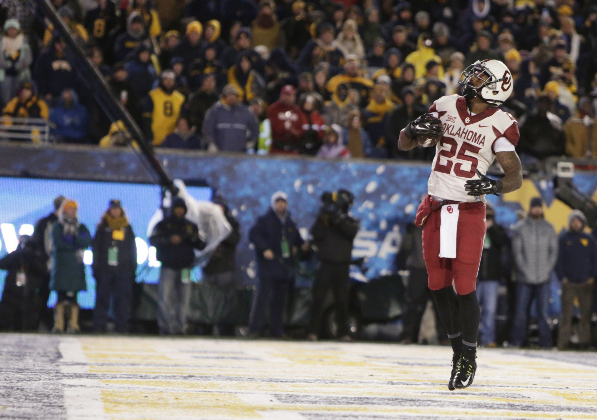Oklahoma running back Joe Mixon rushed for 147 yards in Saturday's win over West Virginia. (AP Photo/Raymond Thompson)