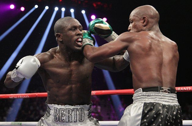 Floyd Mayweather Jr. (R) and Andre Berto fight for the WBO Welterweight world title at the MGM Grand Garden Arena in Las Vegas, Nevada on September 12, 2015 (AFP Photo/John Gurzinski)
