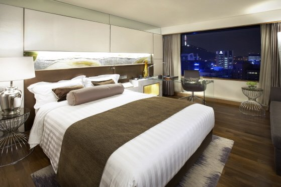 A deluxe room in Lotte Hotel in Seoul. The conglomerate will soon set up a local hotel in Cebu City. (Photo from https://ec.yimg.com/ec?url=http%3a%2f%2fwww.lottehotelseoul.com&t=1398267305&sig=vjh1R13se65RIStemnJrUA--~B)
