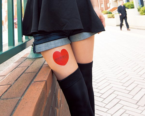 Young women are placing corporate stickers on their thighs and posting photos online to make money. (dime.jp)