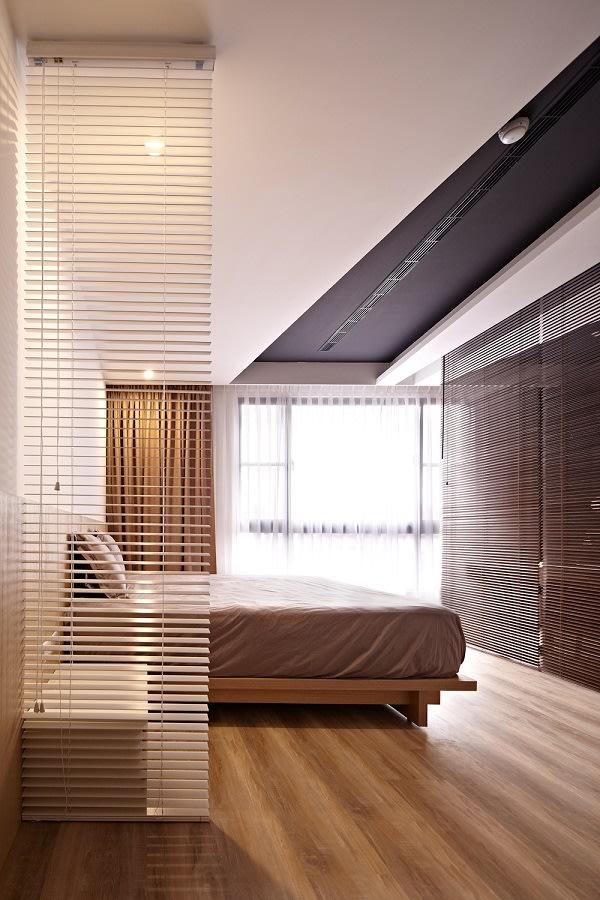 床頭側掛上百葉簾,進臥房時產生緩衝區;床尾則用百葉簾分隔出彈性書房。圖片提供/浩室空間設計