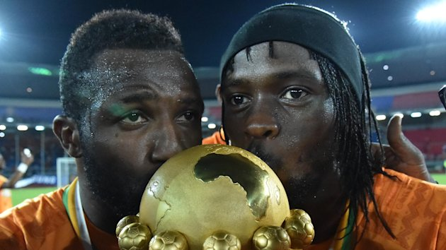 Ivory Coast's forward Gervinho (R) kisses the trophy at the end of the 2015 African Cup of Nations final