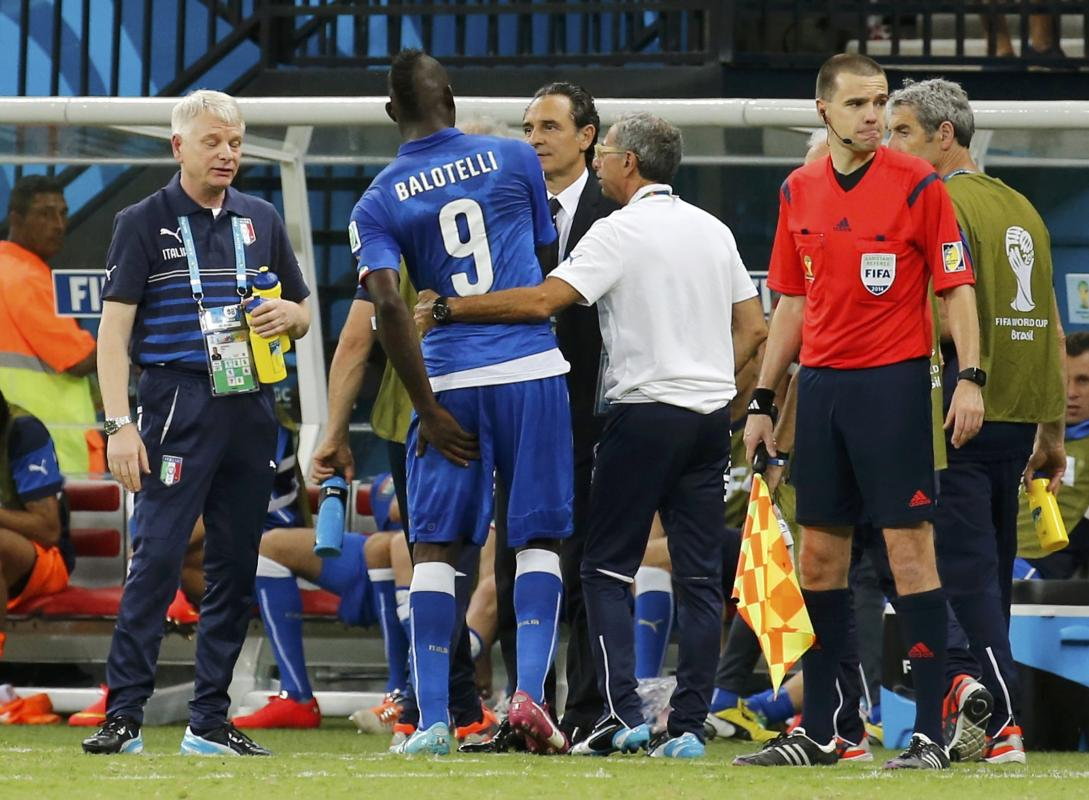 Italy's coach Prandelli speaks with Balotelli during their 2014 World Cup Group D soccer match against England at the Amazonia arena in Manaus
