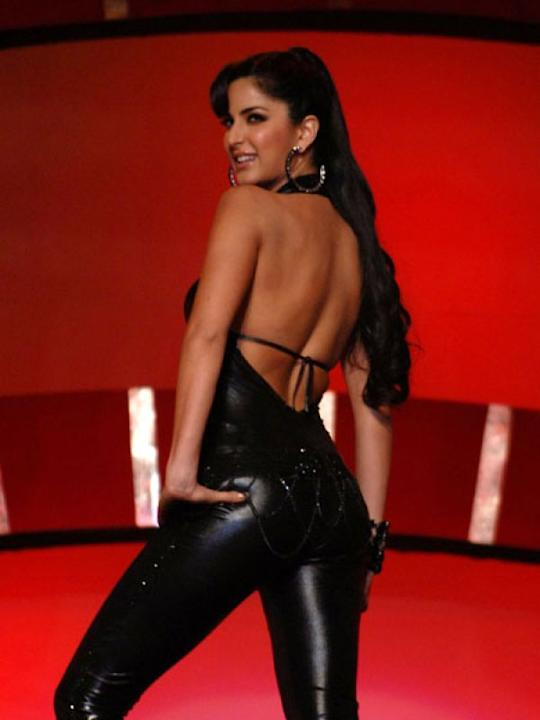Images via : iDiva.comWe hardly see Katrina in revealing clothes, but she managed to rock this skimpy backless outfit while performing at an award ceremony.Related Articles - Celeb Trend: Sexy Net Sar