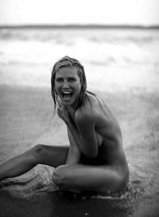 Heidi Klum Shows Off Her Amazing Body In Naked Beach Pic!