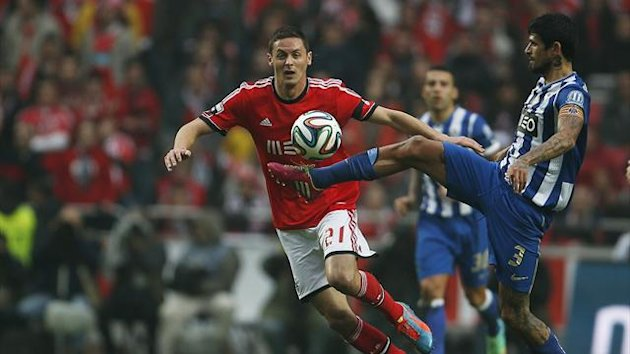 Benfica's Nemanja Matic (L) fights for the ball with Porto's Lucho Gonzalez during their Portuguese Premier League soccer match at Luz stadium in Lisbon January 12, 2014 (Reuters)