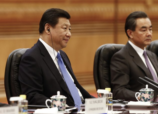Chinese President Xi Jinping (L) listend during a meeting with Argentinian President Cristina Fernandez.