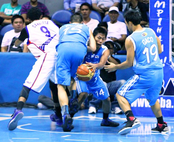 San Mig's Mark Barroca collides with teammate Marc Pingris. (Nuki Sabio/PBA Images)