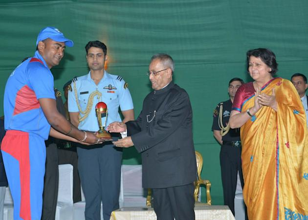 President Pranab Mukherjee hands over the trophies to the winning teams of the cricket match between Rashtrapati Bhavan employees held at the school grounds of Dr. Rajendra Prasad Sarvodaya Vidyalaya