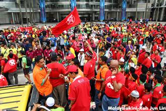 100,000 throng Stadium Merdeka for 'Uprising' rally