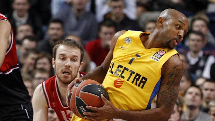 Ricky Hickman, right, of Israel's BC Maccabi Electra Tel Aviv is challenged by Martynas Gecevicius, left, from  Lithuania's BC Lietuvos rytas during the Euroleague basketball match  in Vilnius, Lithuania, Thursday, Nov. 7, 2013