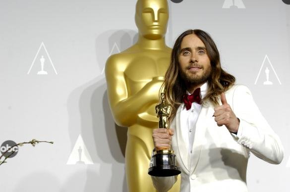Jared Leto Grabs His Crotch Onstage... The Internet Goes Wild - Best Twitter Reactions