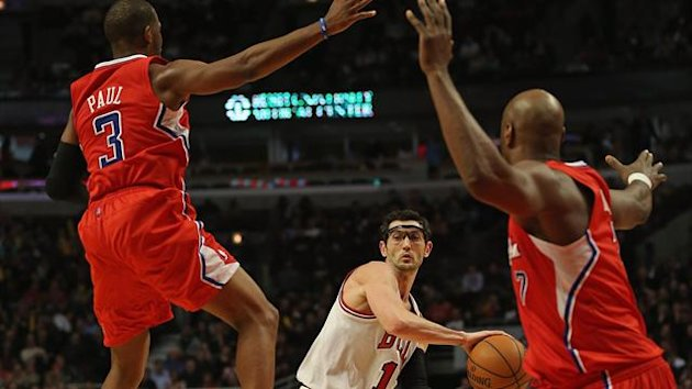 Kirk Hinrich #12 of the Chicago Bulls looks to pass between Chris Paul #3 and Lamar Odom #7 of the Los Angeles Clippers (AFP)