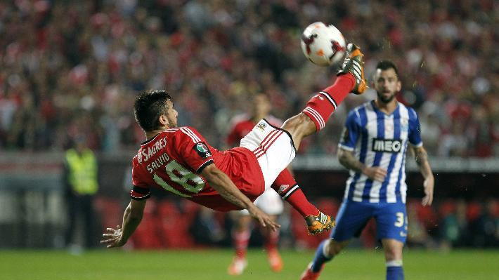 Benfica's Eduardo Salvio, from Argentina, performs an overhead kick during a Portugal Cup semifinal second leg soccer match between Benfica and Porto at Benfica's Luz stadium in Lisbon, Wednesday, April 16, 2014. Salvio scored once in Benfica's victory. Benfica won 3-2 on aggregate and will play  the final