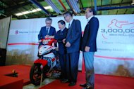 Dato' Donald Lim placing the plaque on HLYM's best-selling motorcycle, the Yamaha 135 LC