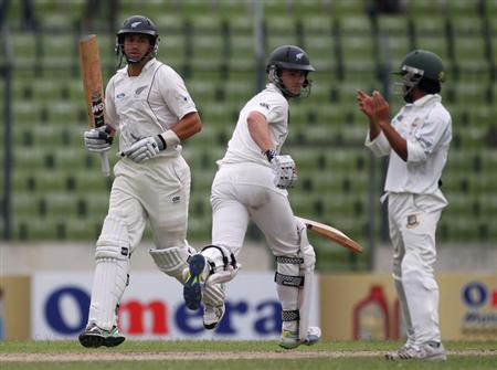 New Zealand's Ross Taylor (L) and Kane Williamson run between the wickets as Bangladesh's Mominul Haque (R) watches, during their second day of second test cricket match of the series in Dhaka October 22, 2013. REUTERS/Andrew Biraj