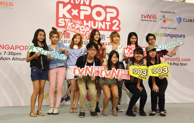 4 Minute with the lucky winners of a tvN online contest (Photo courtesy of tvN)