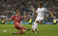 Bayern Munich's Philipp Lahm (L) challenges Real Madrid's Fabio Coentrao (R) during their Champions League semi-final first leg soccer match at Santiago Bernabeu stadium in Madrid April 23, 2014. REUTERS/Michael Dalder (SPAIN - Tags: SPORT SOCCER)