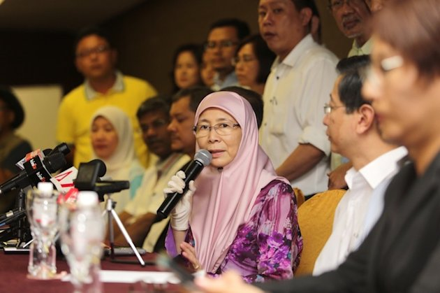 Wan Azizah giving a press conference with Pakatan MPs standing behind her, August 14, 2014.